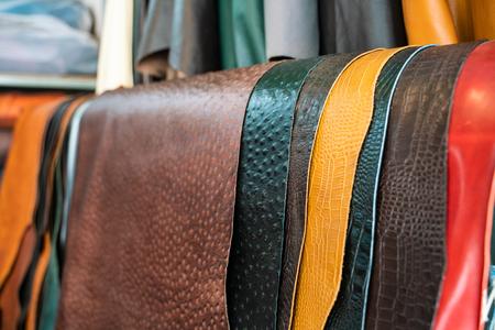 Rohes echtes Leder im Regal im Handwerksladen, Handgemachter Markt Standard-Bild