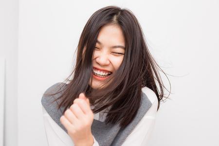 Sonrientes hermosas mujeres asiáticas sobre fondo blanco, mujeres de moda