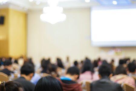 Grupo borroso de gente de negocios aprendiendo en el fondo de educación de la sala de seminarios Foto de archivo