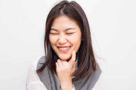 Gezond lang haar en huidverzorging concept vrouwen lachend op witte achtergrond Stockfoto