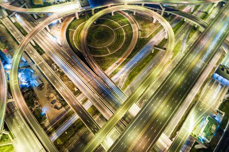 Route de jonction de trafic de nuit avec lumière du mouvement du véhicule vue aérienne du drone
