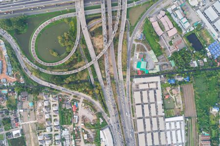 Look down view of traffic cross junction road with green tree and pond, Transport concept Foto de archivo - 129915061