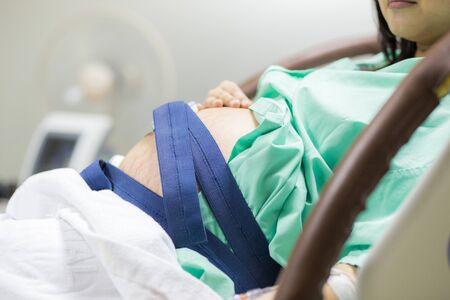 Mujeres embarazadas asiáticas acostado en la cama en el hospital preparándose para tener un recién nacido, concepto saludable