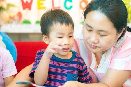 Une famille asiatique heureuse s'amuse avec de la crème glacée et des aliments sucrés au bingsu au café