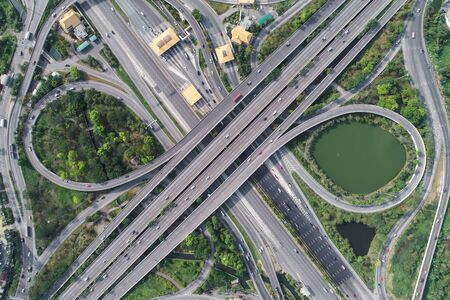 Carretera de la autopista de transporte de la ciudad de vista aérea con autopista de peaje, transporte