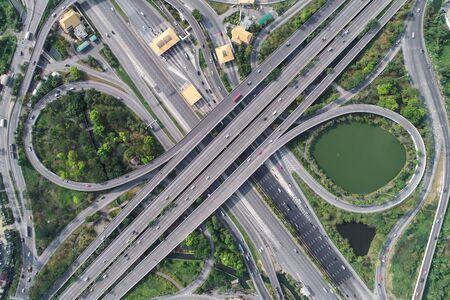 Route d'autoroute de transport de ville de vue aérienne avec l'autoroute à péage, transport