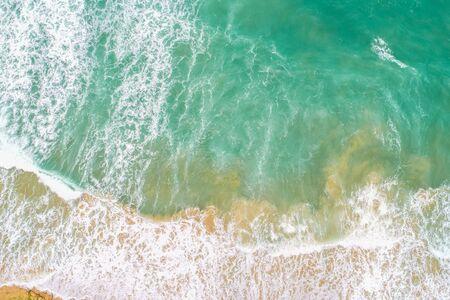 Ola de mar en la playa vista aérea de agua turquesa