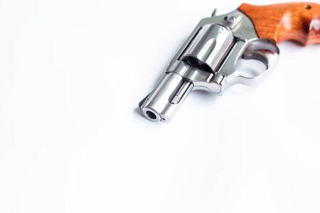 Pistola revólver sobre fondo blanco, concepto de delito