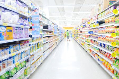 Bokeh borrosa tienda de supermercado con diversos productos en el fondo comercial de la estantería