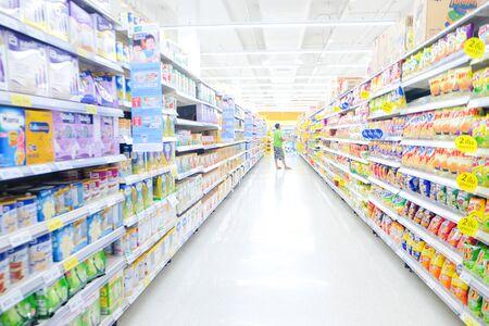 Bokeh ha offuscato il negozio del supermercato con varie merci sullo scaffale business bckground