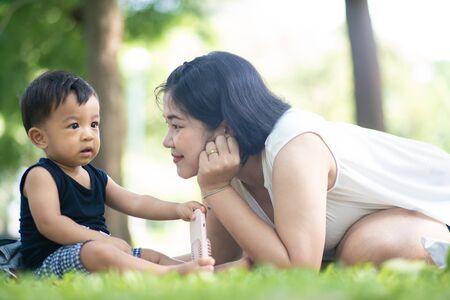 Maman jouant avec un adorable bébé bo dans les loisirs du week-end du matin du parc de la ville