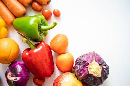 Varias frutas y verduras frescas de betacaroteno sobre fondo blanco vista superior