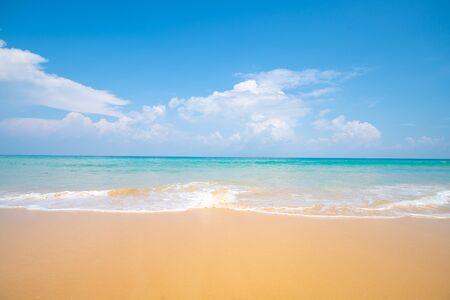 Riva del mare della spiaggia dell'onda del mare sulla giornata di sole della spiaggia di sabbia bianca