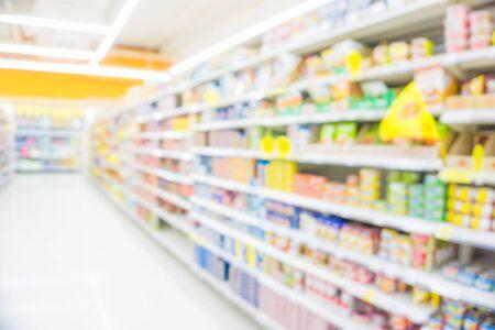 Supermarché moderne flou abstrait avec de nombreux produits divers faisant du shopping