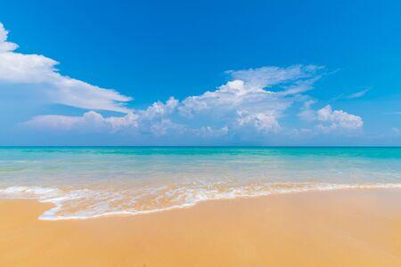 Weißer Sand des schönen klaren Meeresstrandes gegen blauen Himmel mit Wolkensommerferienkonzept