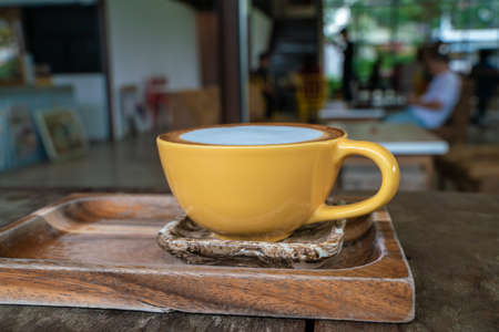 Hot latte art coffee in cup on wooden table aroma drink Banque d'images