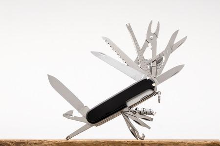 cuchillo: Cuchillo multi-herramienta, aislado en fondo blanco