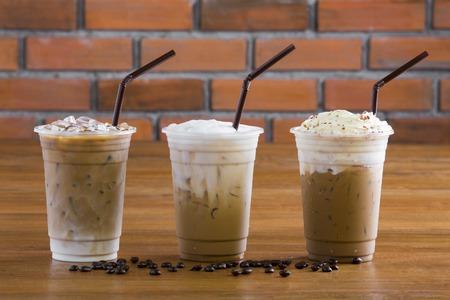 アイス コーヒーにホイップ クリームと木製のテーブルの上のコーヒー豆。 写真素材 - 37780803