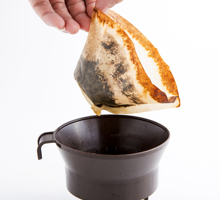 ブラック コーヒーとコーヒー フィルター、白い背景を持つコーヒー。