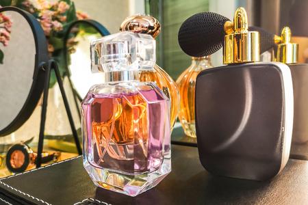 Frasco de perfume de lujo en el baño. Foto de archivo