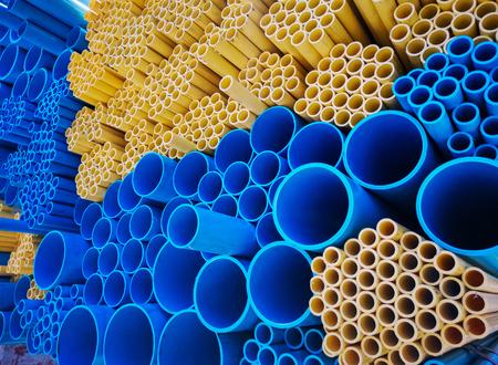 Blauwe en gele PVC-buizen Stockfoto