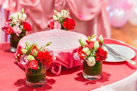 The flowers are beautifully arranged on the table. Banque d'images - 140640683