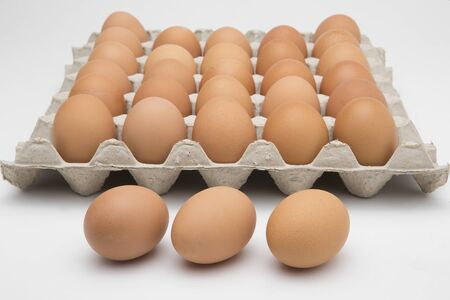 Eggs in paper tray isolated on white 版權商用圖片 - 146997714