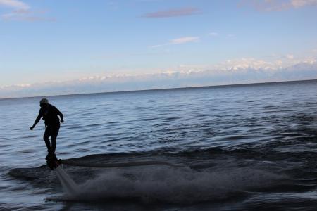 vacancier: Attraction appel� l'homme de fer passant sur l'eau Banque d'images