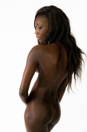 mujer desnuda sentada: Hermosa mujer africana joven sentado desnudo en withe
