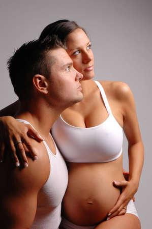 sexy pregnant woman: 妊娠中の女性と男性を作る美しいカップル