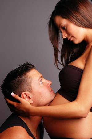 homme enceinte: Une femme enceinte et un homme en faire un beau couple  Banque d'images