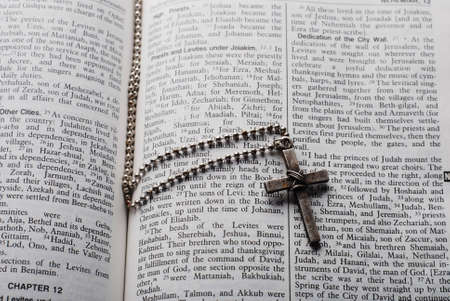 holy bible open with a cross on it Stok Fotoğraf
