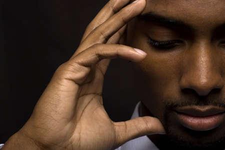 hombre orando: African American empresario est� pensando intensamente