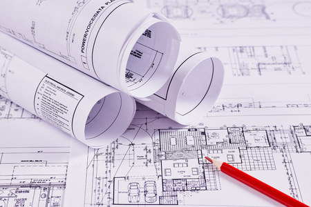 Sfondo di ingegneria. Disegni costruttivi di edifici e strutture accanto alla matita rossa. Avvicinamento.