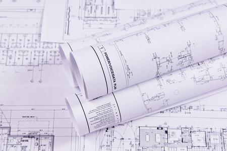 Formación en ingeniería. Planos de construcción de edificios y estructuras para la obra de ingeniería del proyecto. De cerca.