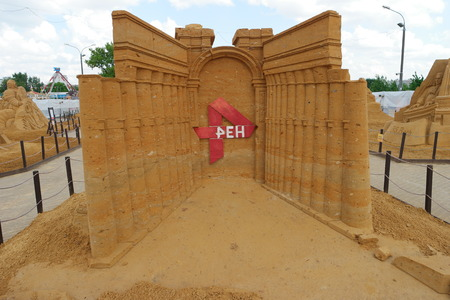 appropriate: Arch of Palmyra sand statue from the appropriate exhibition in Kolomenskoye, Moscow, Russia Editorial