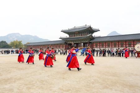 oct 31: SE�L, COREA DEL SUR - 31 de octubre 2014: La ceremonia de cambiar los guardias en el complejo del palacio de Gyeongbokgung el 31 de octubre de 2014 en Se�l, Corea del Sur