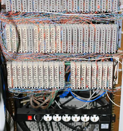 Une armoire de câblage avec l'installation des câbles téléphoniques d'interconnexion