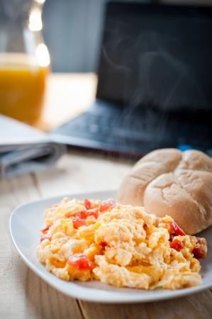 natureal: Uova strapazzate a colazione sul lavoro Archivio Fotografico