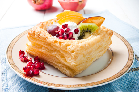 pasteles: Delicioso hojaldre con crema y frutas