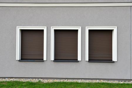 Outdoor tre tapparelle chiuse a muro grigio Archivio Fotografico - 27016657