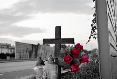 memorial cross: Vista del monumento en el camino con la cruz, velas y flores. Todo el día de almas