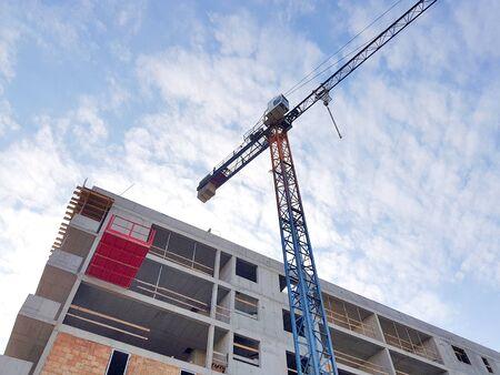 Construction crane builds apartments Banco de Imagens