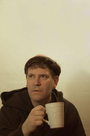 toog: Foto van een monnik zoekt iets soulvolle drinken van een kop koffie