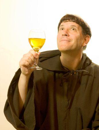 toog: Foto van een monnik op zoek te genieten van een goed glas wijn. Stockfoto