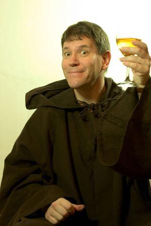 sotana: Foto de un monje que buscan disfrutar de un buen vaso de vino.