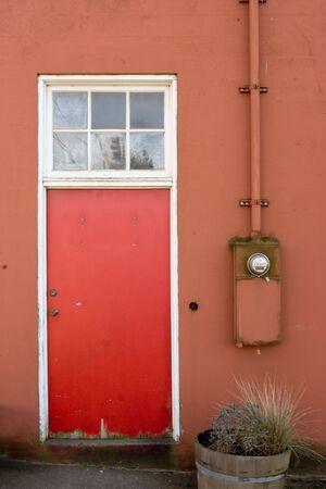 contador electrico: Foto de una Red Wall, Puerta Roja, y medidor de electricidad