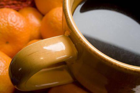 Foto de bronceado taza de café sobre un fondo naranja.  Foto de archivo - 647397