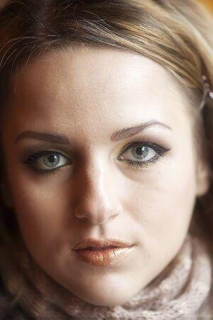 pelo castaño claro: Retrato de una mujer joven mirando al frente a la cámara
