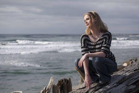 rubia ojos azules: Retrato de una joven y bella mujer en la playa.